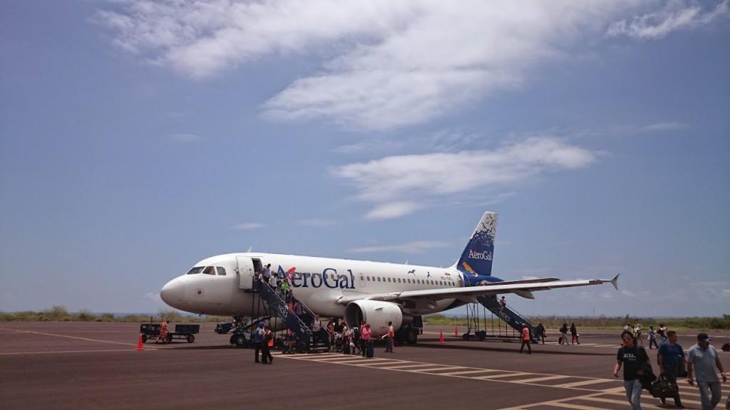 空港到着直後の飛行機 預入荷物が出てくるかは旅行者みんなにとって心配の種